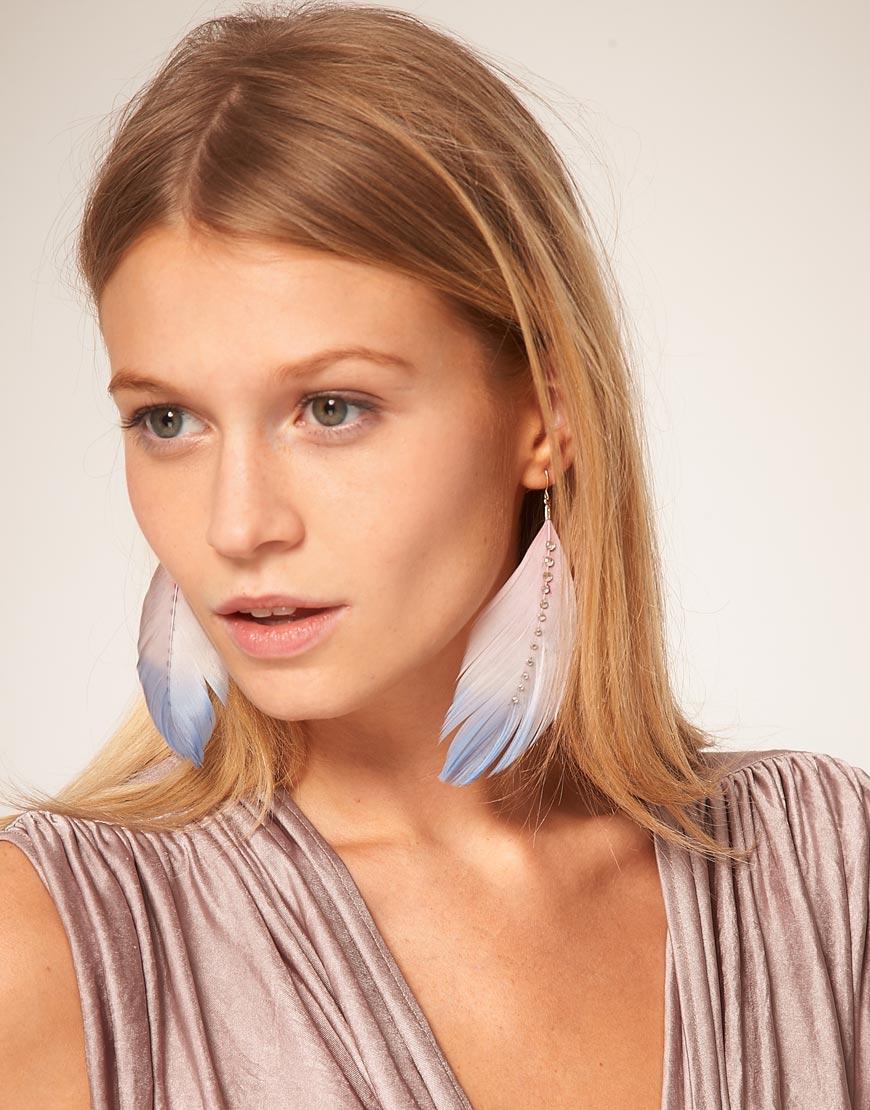 Porter des boucles d'oreilles plumes